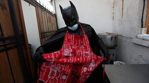 супергерой кормит бездомных