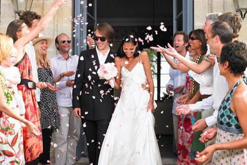 гостья на свадьбе в белом платье