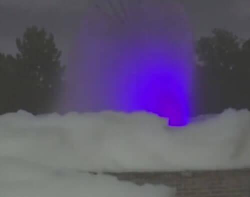 фонтан превратился в пенную ванну