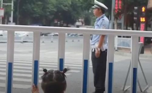 трогательная компания полицейского