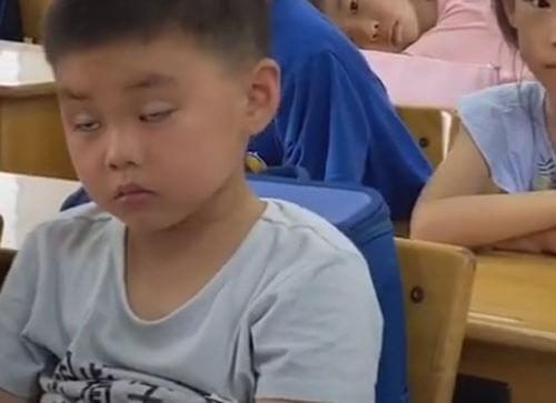 мальчик заснул в классе