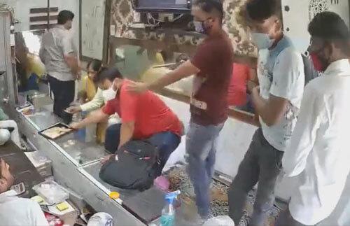 грабители дезинфицируют руки
