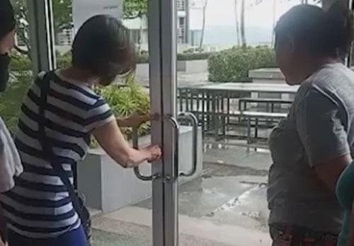 женщина открывает дверь