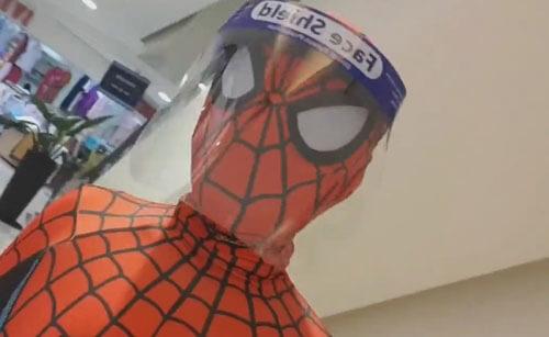 за покупками в костюме супергероя