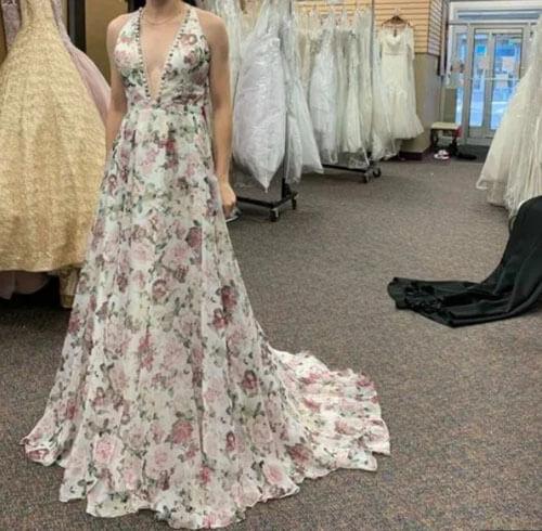 гостья в слишком красивом платье