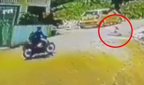 ребёнок в ходунках на дороге