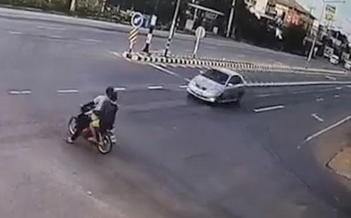 мотоцикл и машина на перекрёстке