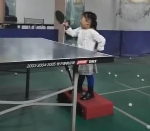 девочка играет в пинг-понг