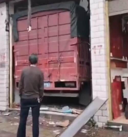грузовик въехал в магазин