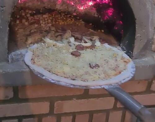 испорченная аппетитная пицца