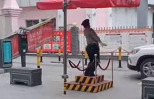 охранник танцует на работе