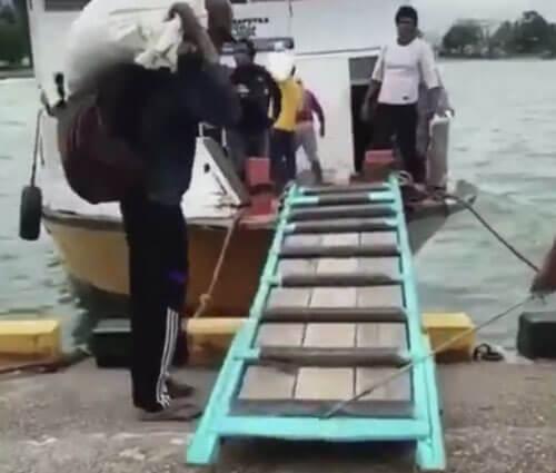 нерешительный мужчина с мешком