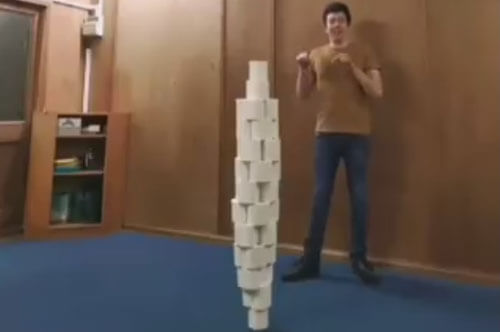 балансировка с туалетной бумагой