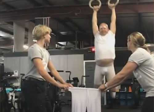 трюкач надевает брюки