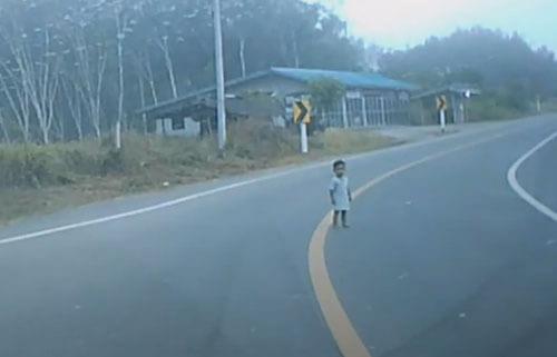 малышка на проезжей части