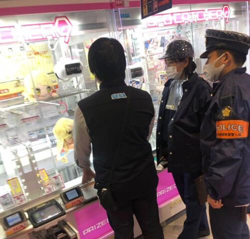 полиция и автомат с игрушками