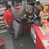 продавщица во время ограбления