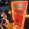 автоматическая дверь с конфетами