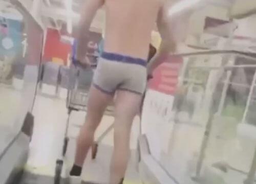 чудак в магазине в трусах