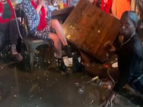 танцор обрушил стол