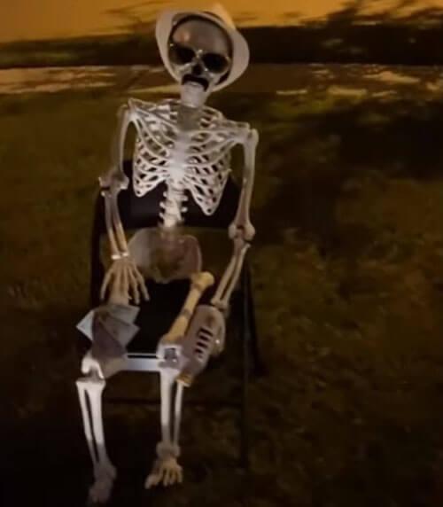 стрип-клуб со скелетами на лужайке