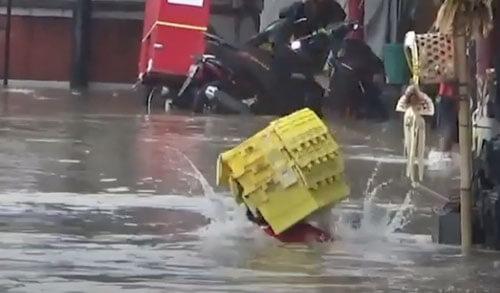 продавец провалился под воду
