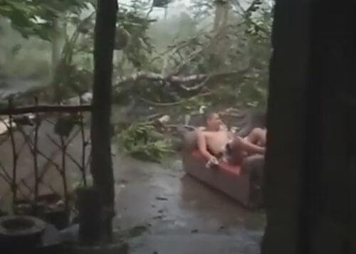 питьё кофе во время тайфуна