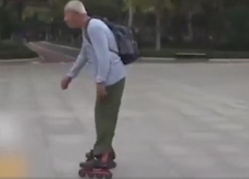 старичок катается на роликах