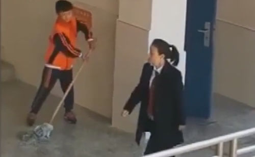 танцующий ученик со шваброй