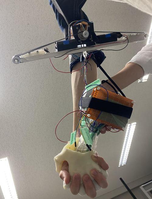 роботизированная рука на прогулке