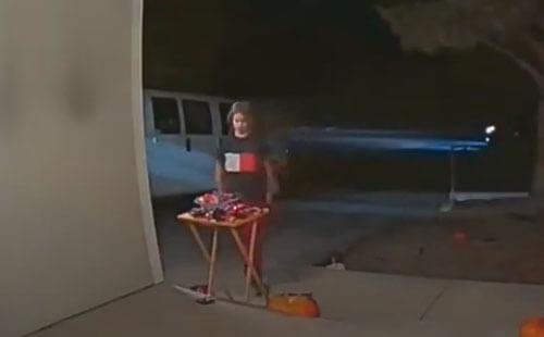 мальчик украл конфетницу