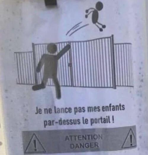 детей бросают через забор