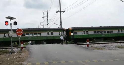 безрассудный водитель и поезд