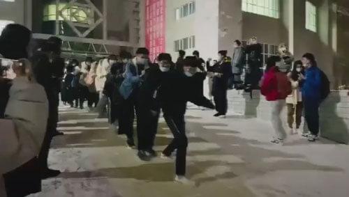 студенты катаются с горки