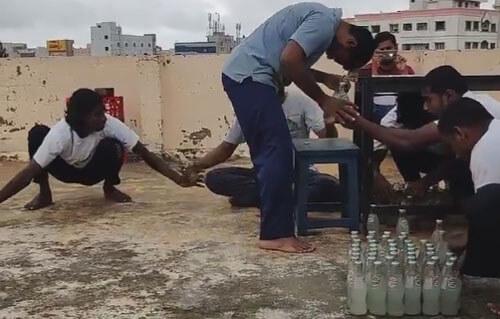 бутылки открывают головой