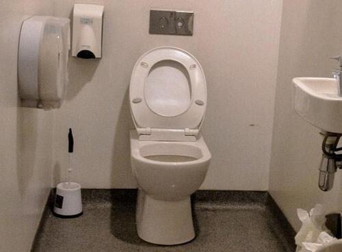 роды в больничном туалете