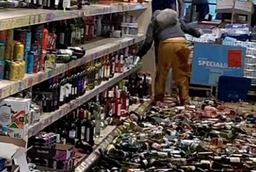 хулиганка крушит бутылки