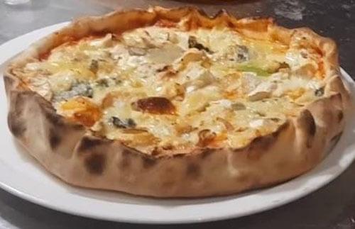 много сортов сыра на пицце
