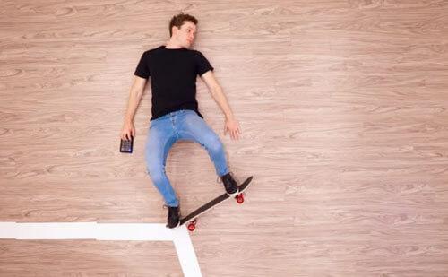 трюк на скейтборде на полу