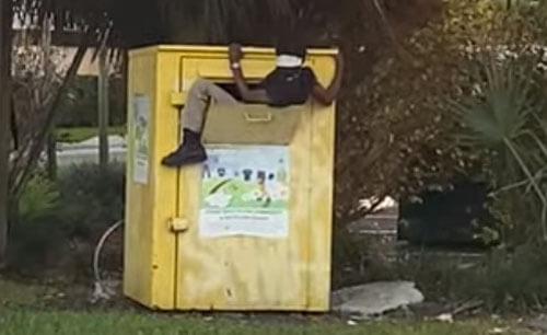 ящик с пожертвованной одеждой
