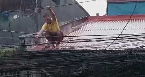 отец семейства лезет по проводам