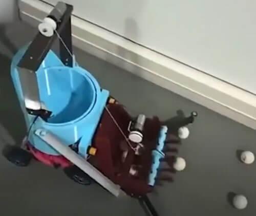 робот собирает мячики с пола