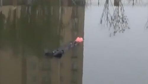 женщина дрейфует по озеру