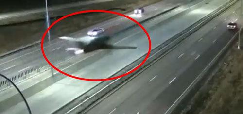самолёт приземлился на шоссе