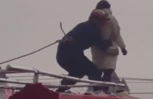 пожарный успел схватить самоубийцу
