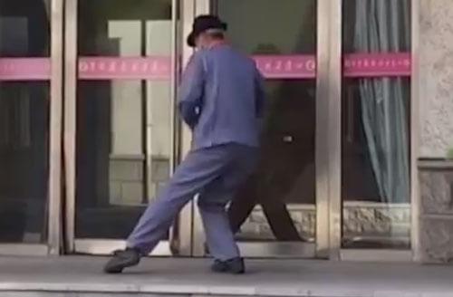 уборщик развлекается танцами