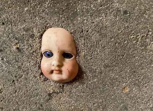кукольная голова в подвале