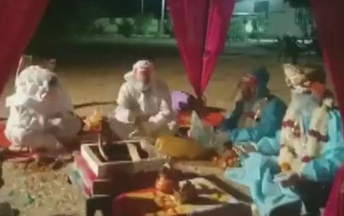 свадьба в защитных костюмах