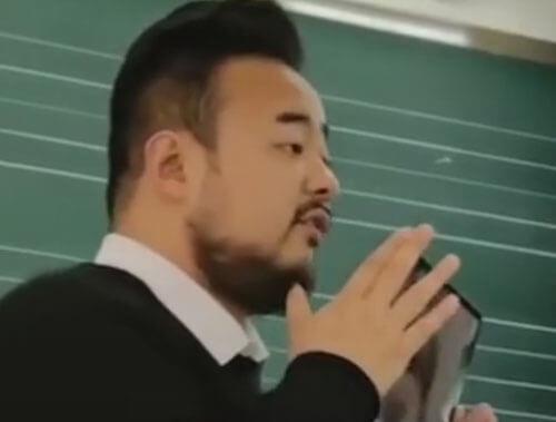 учитель увеличил свой рот