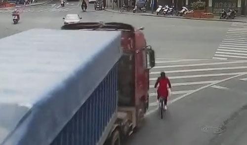 женщина выползла из-под грузовика